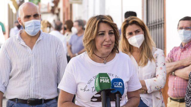 Susana Díaz atiende a los medios de comunicación en Tomares (Sevilla).